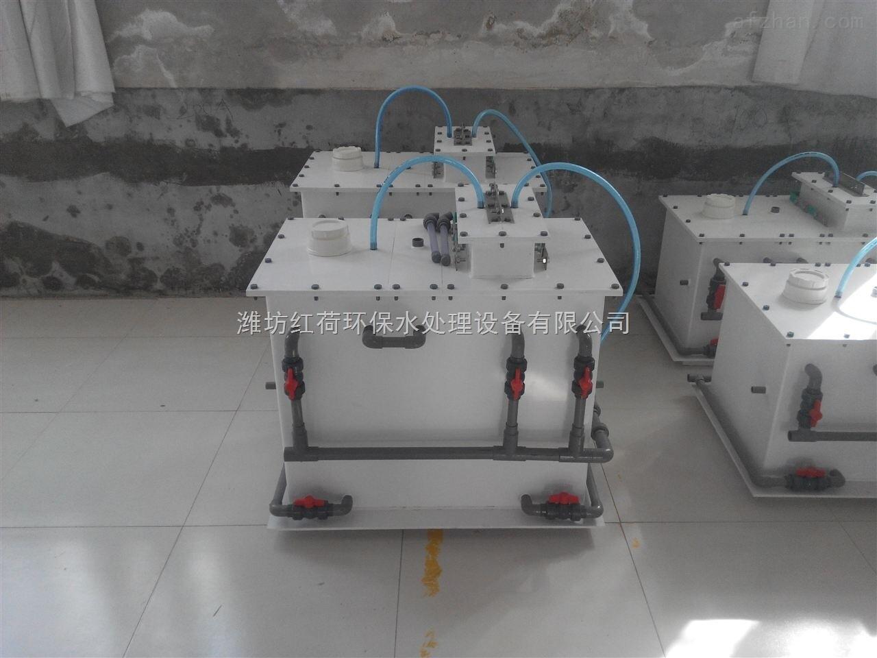 红荷系列 电解法二氧化氯发生器设备特点: 1、电解法二氧化氯发生器有效氯产量零到最大连续可调,调整精度0.1克每小时。 2、使用原料为食盐;耗盐量:≤1.6克盐/克有效氯。 3、设备可以根据余氯测量仪测量出的余氯测量信号,进行PID自动调整消毒剂发生量;也可以根据流量计测量的水流量信号正比例自动调节消毒剂发生量。 4、发生器的开关状态、有效氯产量设定值、有效氯实时产量、电解电压、电解槽温度、故障报警等参数可以网络化远程监测并控制。 5、发生器本地有手动/自动切换开关,可以切换设备的运行模式。 6、溶